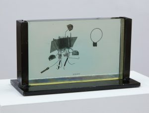 <i>fossile del 2000 (fossil from 2000)</i>, 1984 </br> plexiglass and metal, 14 x 22 cm / 5.5 x 8.7 in