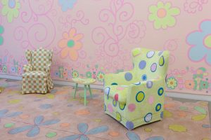 lily van der stokker, living room pink decoration with 3 armchairs, 2012 mixed media, installation size: 685 x 295 x 255 cm