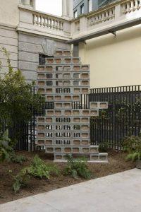 <i>(...)</i>, 2010</br> cinderblocks, cement and bricks</br>300 x 200 x 20 cm