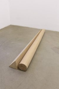<i>alpha e omega (alpha and omega)</i>, 2013</br>dry out beechwood (rough and carved)</br>15 x 30 x 173 cm / 5.9 x 11.8 x 68.1